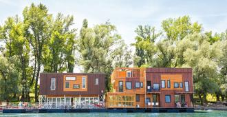 ArkaBarka Floating Hostel and Apartments - Belgrade - Building