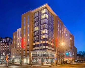 Hampton Inn & Suites Madison / Downtown - Madison - Building