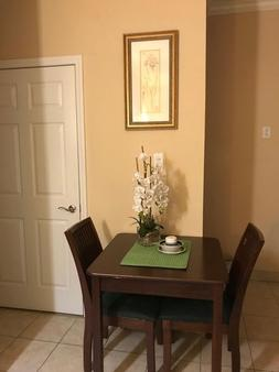 Athens Hotel Suites - Houston - Dining room
