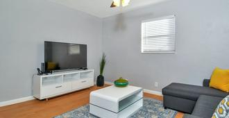 Sea N Sun 1015 - Close To Cruise Port, Airport - Fort Lauderdale - Living room