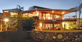 Airlie Waterfront Bed and Breakfast - Airlie Beach - Building