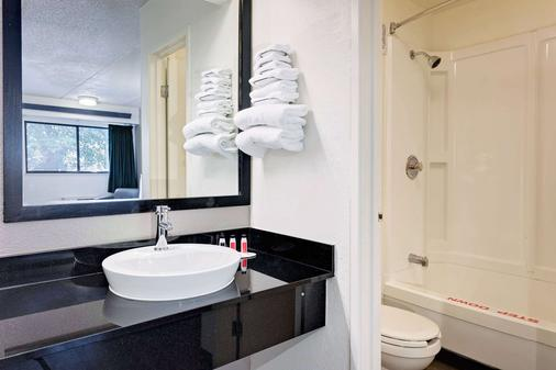 Travelodge by Wyndham College Park - College Park - Bathroom