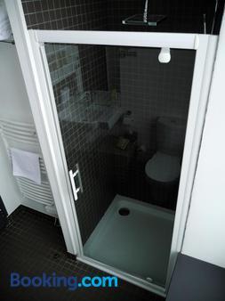 Auberge DU Château Bleu - Tremblay-en-France - Bathroom
