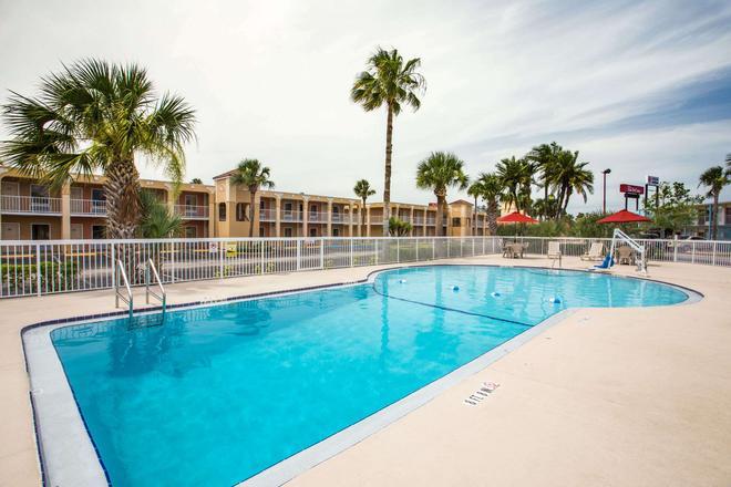Days Inn by Wyndham Ormond Beach - Ormond Beach - Pool