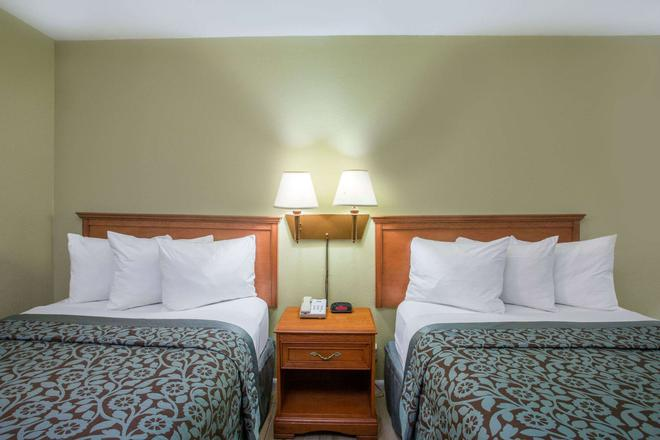 Days Inn by Wyndham Ormond Beach - Ormond Beach - Bedroom