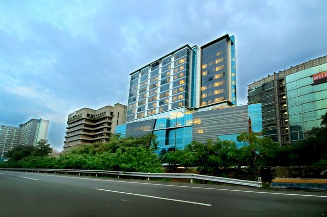 Teraskita Hotel Jakarta managed by Dafam - East Jakarta - Building