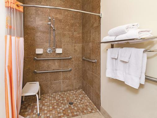 La Quinta Inn & Suites by Wyndham Glen Rose - Glen Rose - Bathroom