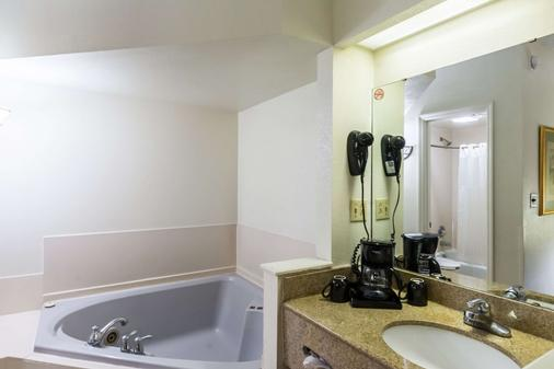 Suburban Extended Stay Hotel - Florence - Bathroom