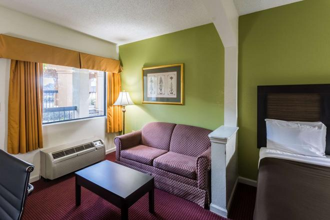 Suburban Extended Stay Hotel - Florence - Living room
