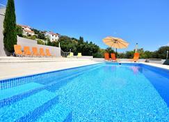 Bretia Apartments - Sutivan - Pool