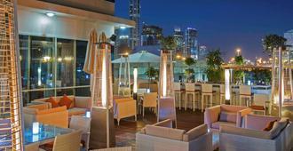 Pullman Dubai Jumeirah Lakes Towers - Hotel And Residence - דובאי - מרפסת