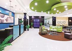 La Quinta Inn & Suites by Wyndham Marshall - Marshall - Lobby