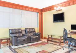 Days Inn by Wyndham Albany - Albany - Sala de estar