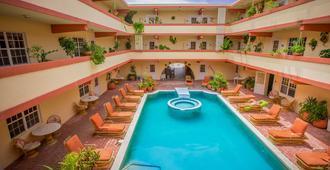 Banana Beach Resort - San Pedro Town - Bể bơi