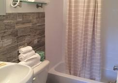 Cocca's Inn & Suites Wolf Rd, Albany Airport - Albany - Bathroom