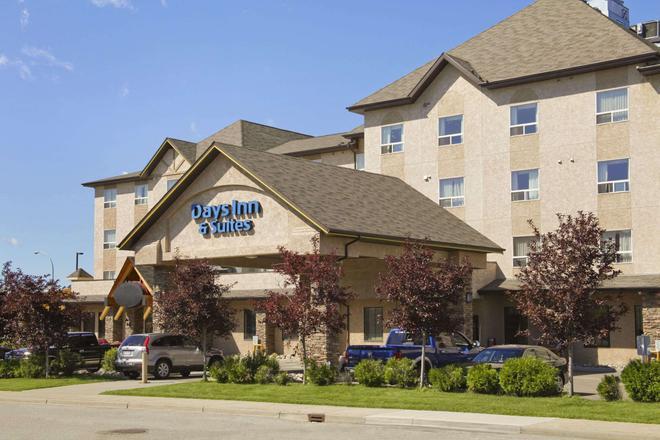 Days Inn & Suites by Wyndham West Edmonton - Edmonton - Building