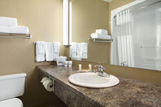 Days Inn & Suites by Wyndham West Edmonton - Edmonton - Bathroom