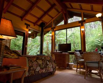 Volcano Village Lodge - Volcano - Living room