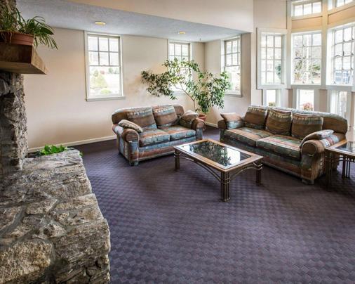 Rodeway Inn & Suites On The River - Cherokee - Living room