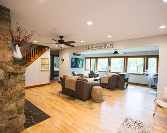 Mission Springs Lake House - Ashland - Living room
