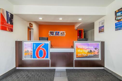 Motel 6 Bakersfield Airport - Bakersfield - Front desk