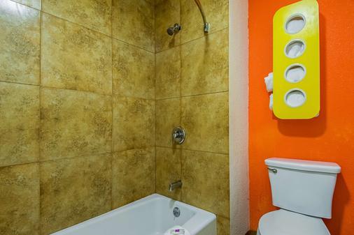 Motel 6 Bakersfield Airport - Bakersfield - Bathroom