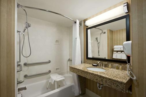 Wingate by Wyndham Greensboro - Greensboro - Bathroom
