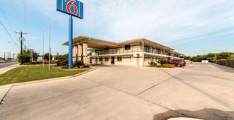 Motel 6 San Antonio - South WW White Road - San Antonio - Building