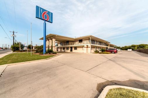 Motel 6 San Antonio - South WW White Road - San Antonio - Rakennus