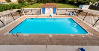 Motel 6 San Antonio - South WW White Road - San Antonio - Pool
