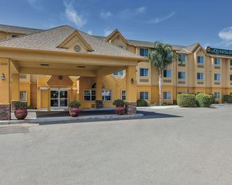 La Quinta Inn & Suites by Wyndham Tulare - Tulare - Building