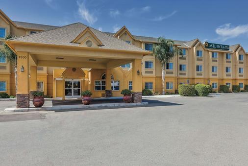 La Quinta Inn & Suites by Wyndham Tulare - Tulare - Κτίριο