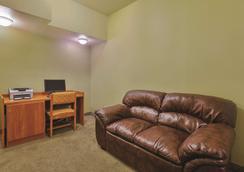 La Quinta Inn & Suites by Wyndham Tulare - Tulare - Olohuone