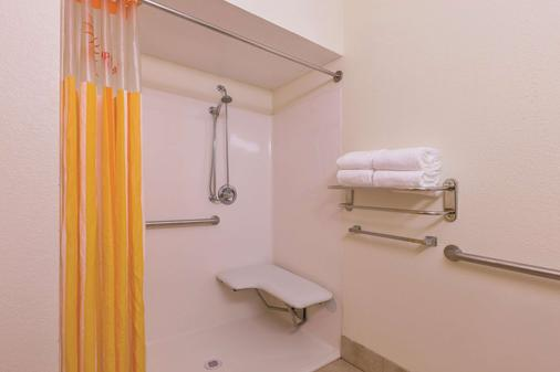 La Quinta Inn & Suites by Wyndham Tulare - Tulare - Bathroom