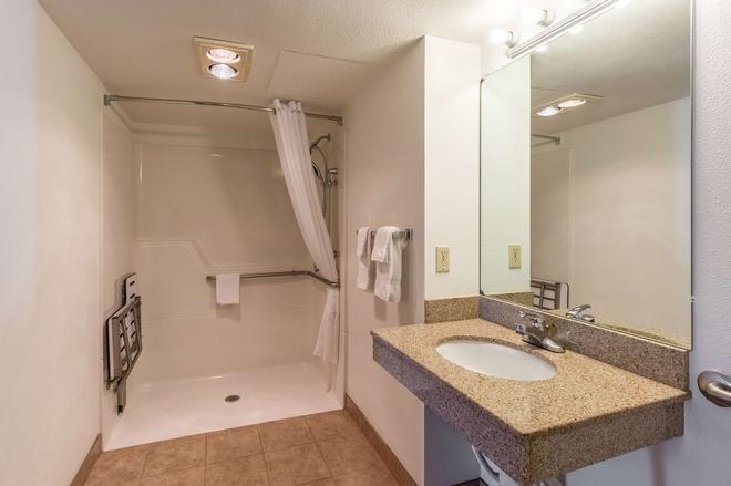 Motel 6 Astoria Or - Astoria - Bathroom
