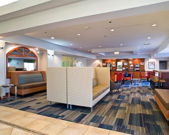 Holiday Inn Express & Suites Vermillion - Vermillion - Lobby