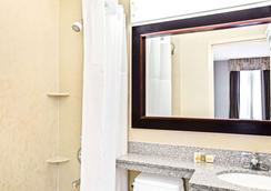 Days Inn by Wyndham Long Island City - Queens - Bathroom