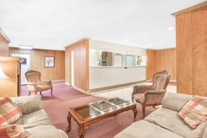 Howard Johnson by Wyndham Staunton - Staunton - Living room