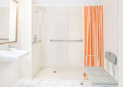 Howard Johnson by Wyndham Staunton - Staunton - Bathroom