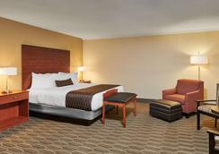Best Western Plus Milwaukee Airport Hotel & Conference Center - Milwaukee - Bedroom
