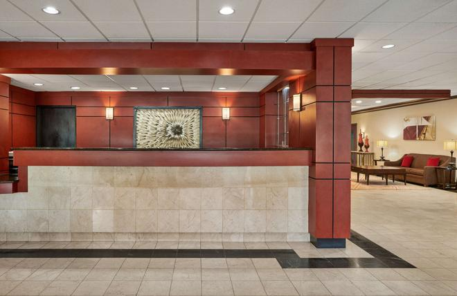 Best Western Plus Milwaukee Airport Hotel & Conference Center - Milwaukee - Front desk