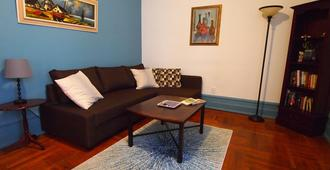 Comfortable Brooklyn Apartment, steps from Subway & Prospect Park - Brooklyn - Living room