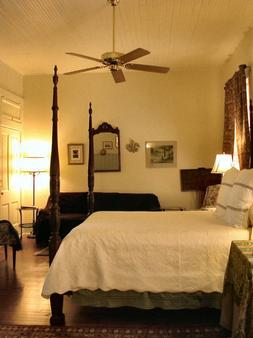 A Yellow Rose Bed & Breakfast - San Antonio - Bedroom