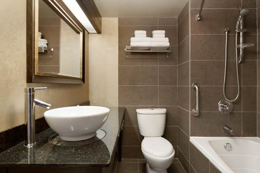 Travelodge by Wyndham Hotel & Convention Centre Quebec City - Québec City - Bathroom