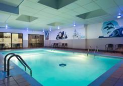 Travelodge by Wyndham Hotel & Convention Centre Quebec City - Québec City - Pool