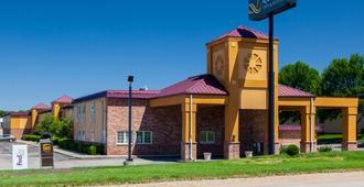 Quality Inn & Suites - Lincoln - Building