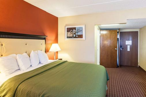 Quality Inn & Suites - Lincoln - Bedroom