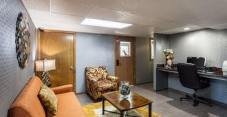 Quality Inn & Suites - Lincoln - Living room