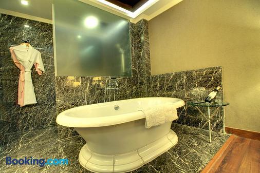 The Pllazio Hotel - Gurgaon - Bathroom