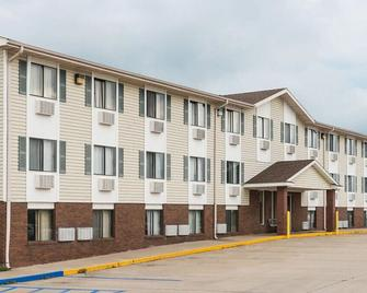 Amerihost Inn & Suites Kingdom City - Kingdom City - Building